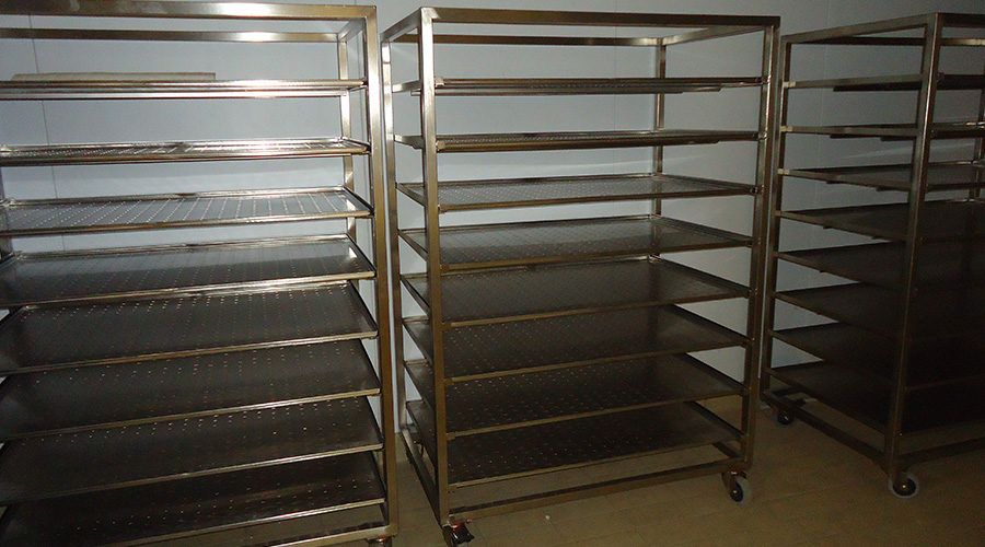 TROLLEYS WITH DRAINING SHELVES