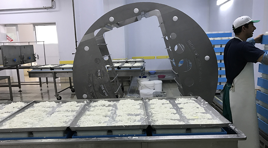 TURNING MACHINE FOR FETA CHEESE MOULDS
